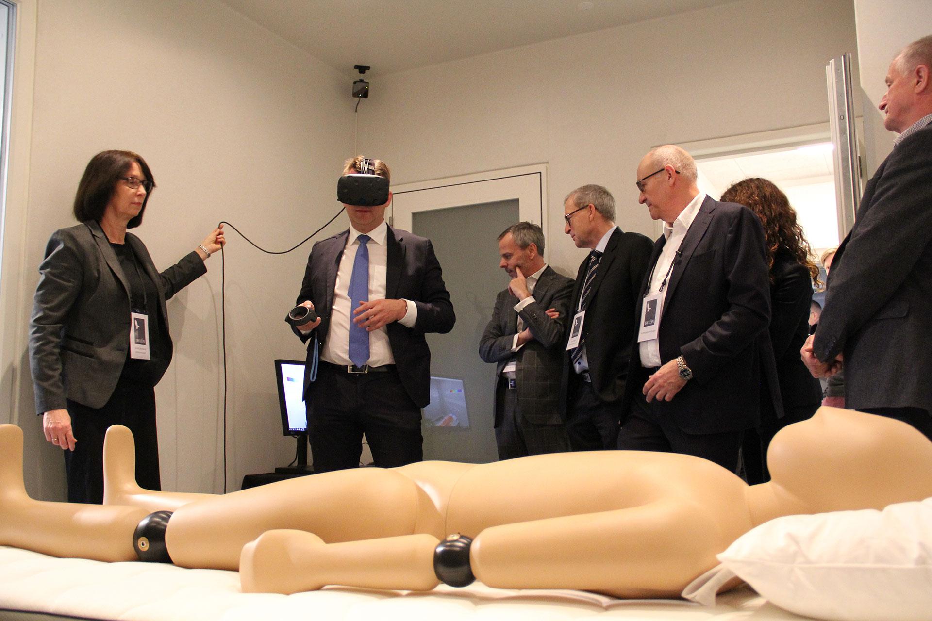 Troels Lund Poulsen prøver VR-briller i Sleep Lab